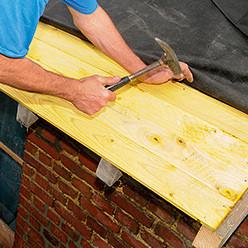 Clouer un platelage en bois sur les chevrons
