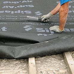 Agrafer l'écran de sous-toiture en partant du haut du toit
