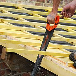 Clouer des liteaux de bas en haut de la toiture