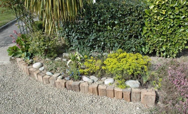Nettoyer une bordure au jardin