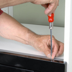 Fixer le micro-ondes sur la planchette