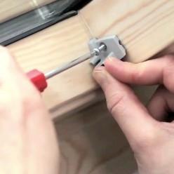 Vissage des attaches en partie basse de l'ouvrant.